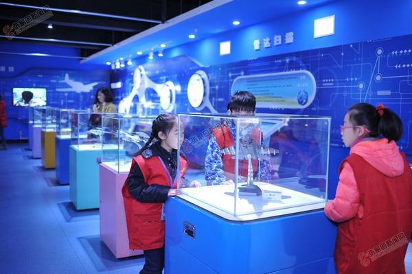 张家口小记者走进科技馆探索科技奥秘 参观航模展览。