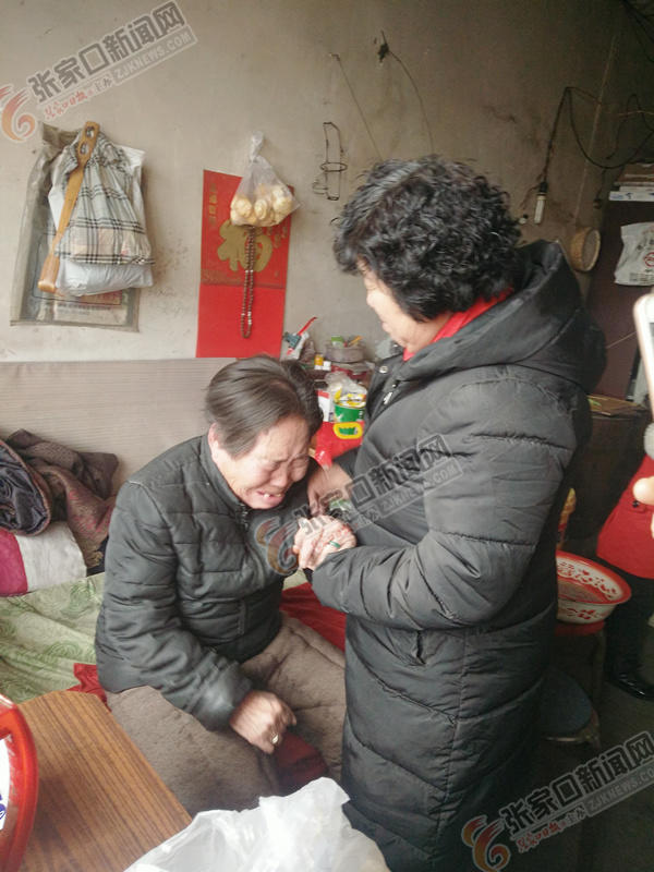刘富琴:成立爱心驿站帮助更多人 刘富琴 (右) 看望贫困乡亲。