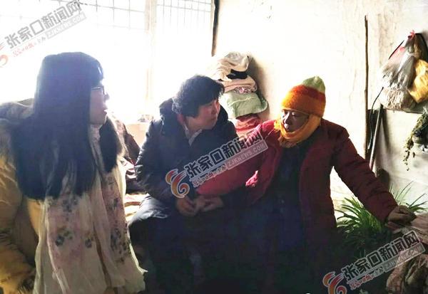刘富琴:成立爱心驿站帮助更多人 刘富琴 (中) 看望贫困乡亲。