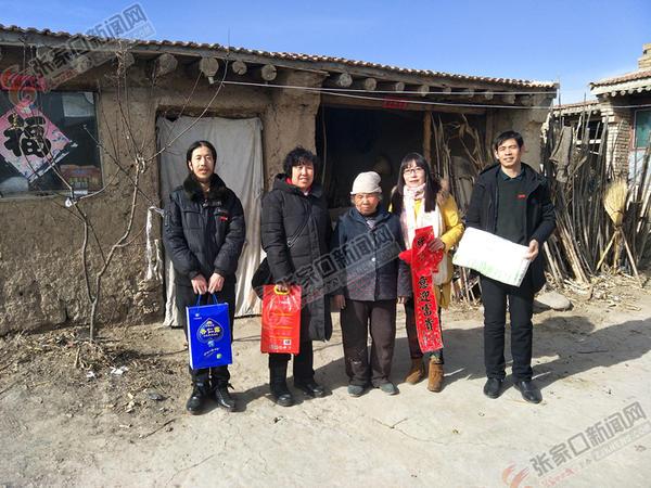 刘富琴:成立爱心驿站帮助更多人 刘富琴 (左二) 与爱心人士看望贫困乡亲。 张进宝 摄
