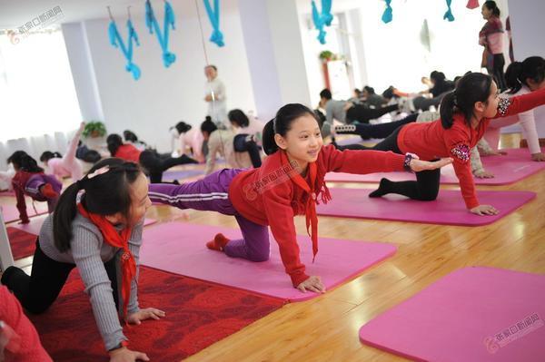 张家口小记者学瑜伽欢乐动起来 保持平衡