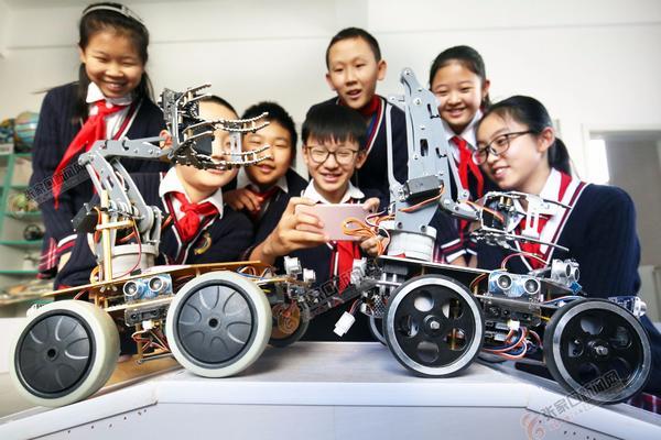 """""""机器人""""学生社团"""