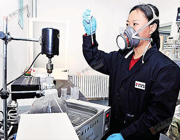 """怀来:""""堆石混凝土筑坝技术""""获国家发明二等奖 技术人员对混凝土堆石料专用外加剂合成进行检验。"""