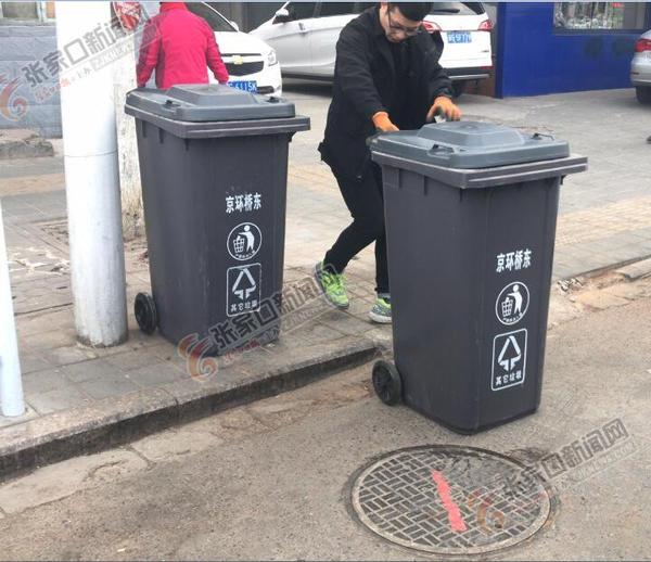 京环桥东公司全面更换辖区垃圾桶 环卫工正在更换垃圾桶