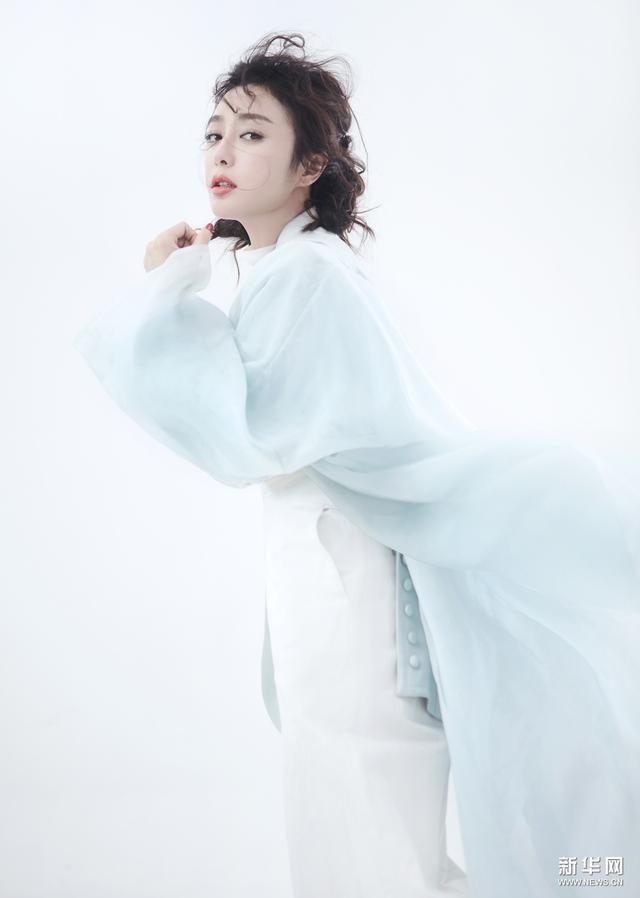 """秦岚化身""""雪之女王"""" 黑白间游刃转换"""