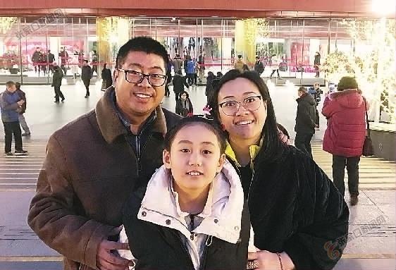 音乐为幸福生活加码 刘春海、 韩丽娟夫妇带着女儿晗晗在国家大剧院门前合影。