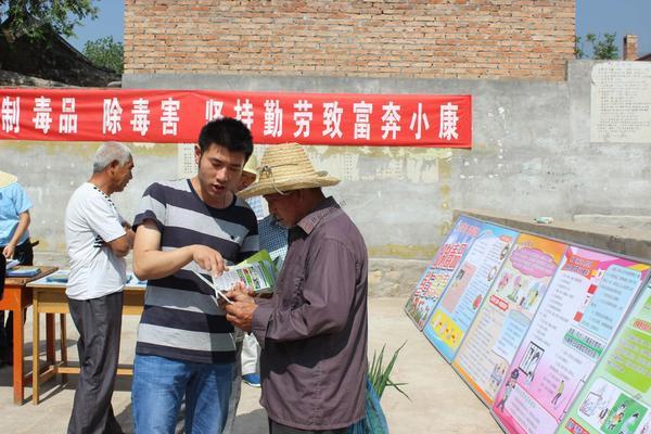 我们村里的年轻人 张璐瑶(左)在村里宣传禁毒。