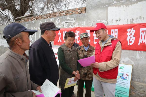 我们村里的年轻人 张璐瑶(右)在村里宣传防火知识。