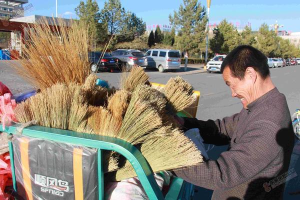 残疾人耿云山:用双手创造幸福 耿云山在整理三轮车上的日用杂品。