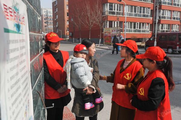 传播文明 图为志愿者们向居民传播文明。 李小永 李晓冬摄