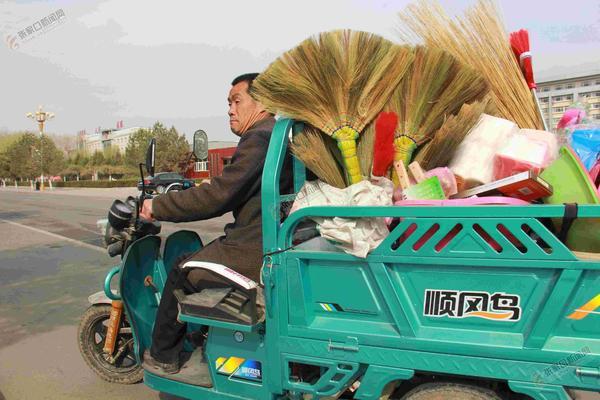残疾人耿云山:用双手创造幸福 耿云山行走在售货的路上。