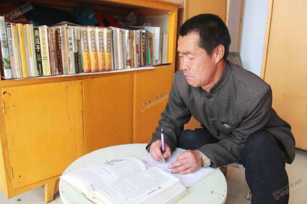 残疾人耿云山:用双手创造幸福 耿云山在家中写作。