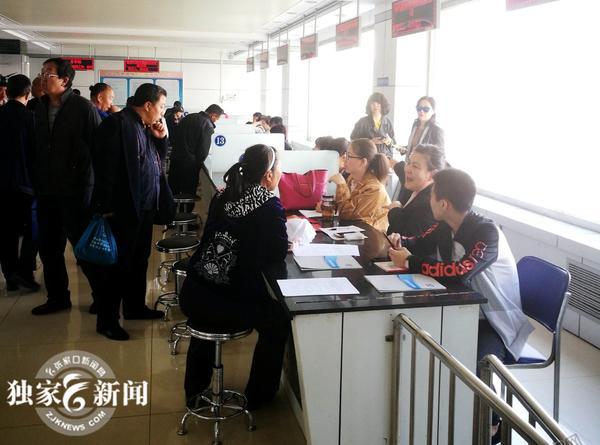 民营企业专场招聘会在张家口市就业局举行 图为招聘会现场。