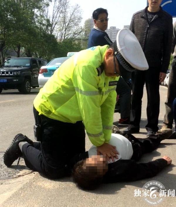张家口一老人突发疾病倒地昏厥 交警跪地施救十五分钟