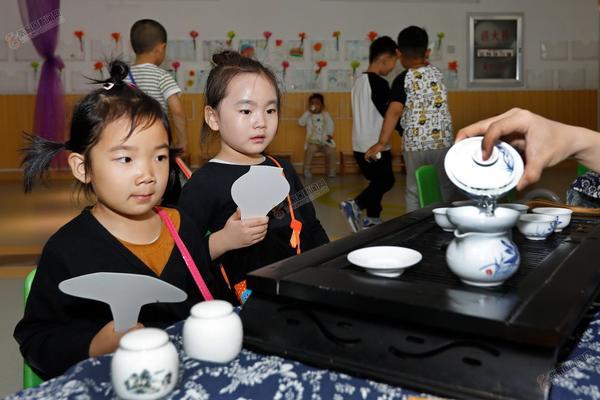 传统民间工艺进幼儿园 武殿森摄