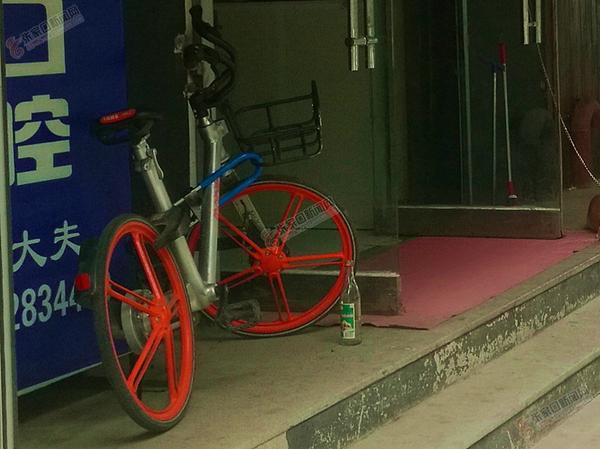 共享单车遭破坏考验市民素质 共享单车被私自上锁。 赵晓刚 摄