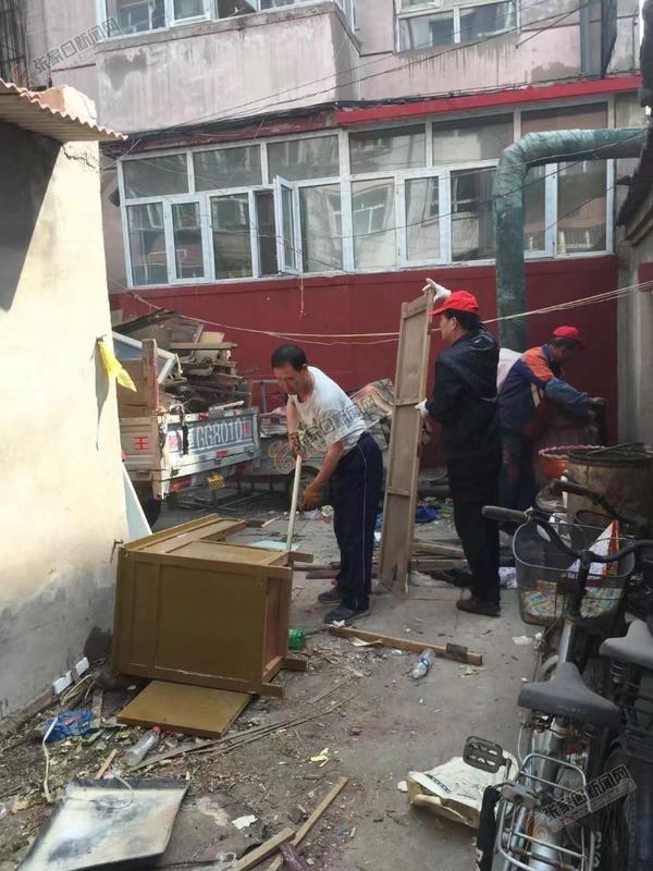 社区清理废旧家具 小区居民拍手称赞   社区工作人员和志愿者正在清理旧家具等。