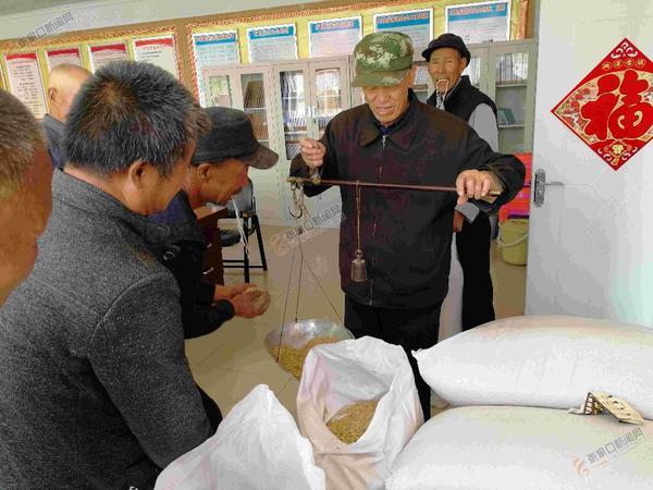 900公斤莜麦种赠给101户贫困户 贫困村民领到免费的莜麦种子。
