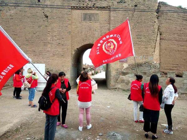 记张家口义工联合会文物保护队 文物保护队志愿者走进万全,开展寻找古迹活动。