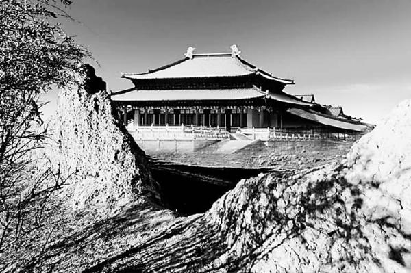 """元中都:苍狼汉韵的一曲颂歌   透过残缺的夯土宫墙望去,一幢巍峨壮丽的古代宫殿扑面而来。这是由元中都真实的遗迹,与经过考古论证的中心大殿复原图叠合而成,元中都曾经的辉煌与岁月沧桑融为一体。图上的中心大殿再现了元代宫殿建筑的风貌,它们主要描摹北宋汴京宫殿而建,在这一点上可称汉文化的追随者,明清以后,这类""""工字殿""""难得一见。"""