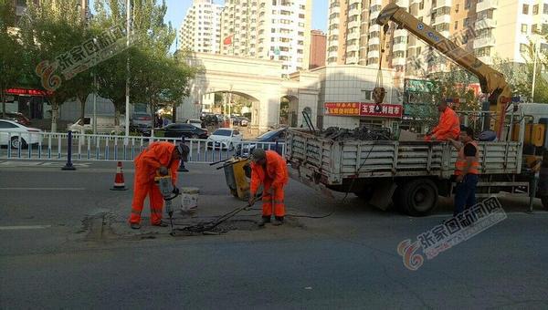 桥东市政处修复坑洼路面 施工人员正在修复林园路坑洼路面。 臧波 摄