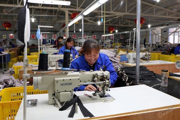 袁晓军回康保老家建起扶贫微工厂 女工在车间劳动。