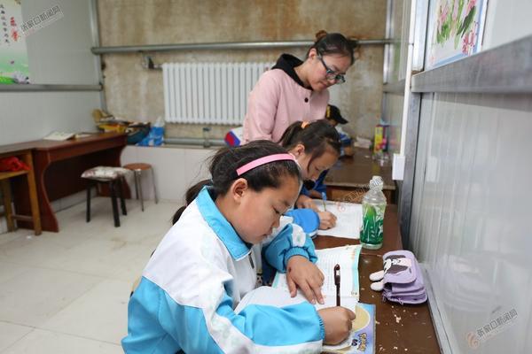 袁晓军回康保老家建起扶贫微工厂 袁晓军在厂里找了一间房, 聘用老师辅导女工的孩子们放学写作业。