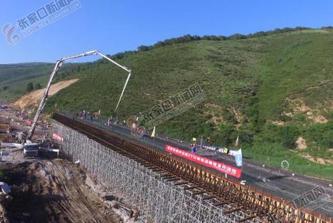 延崇高速河北段完成首次整联一次性箱梁浇筑