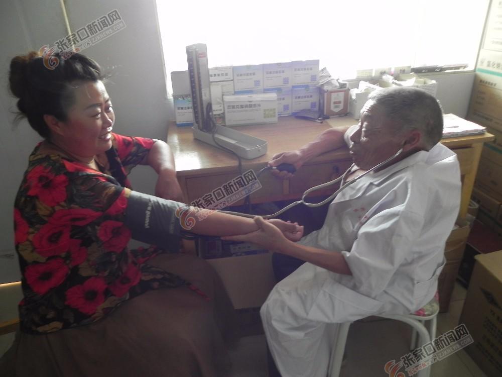 残疾人村医张贵义:守护乡亲健康45年 张贵义给患者诊断。