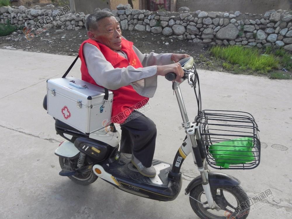 残疾人村医张贵义:守护乡亲健康45年 张贵义走在出诊的路上。