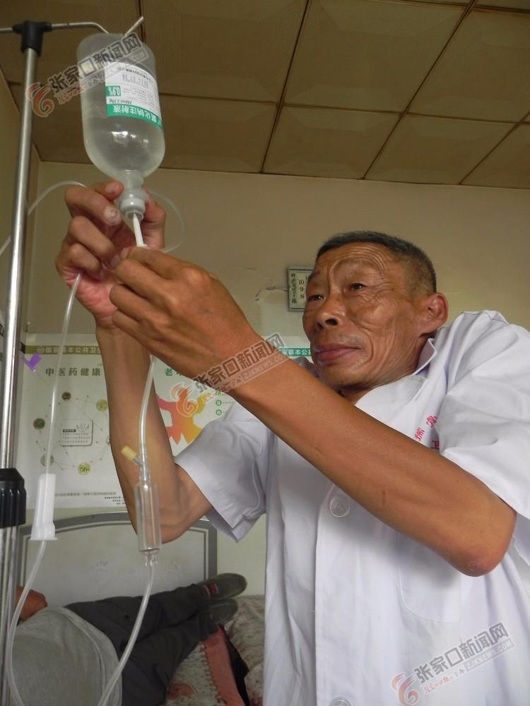 残疾人村医张贵义:守护乡亲健康45年 张贵义为患者输液。 张进宝 摄