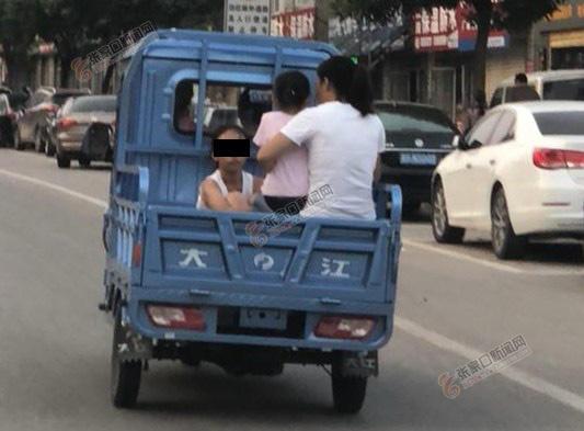 三轮摩托车载人上路太危险