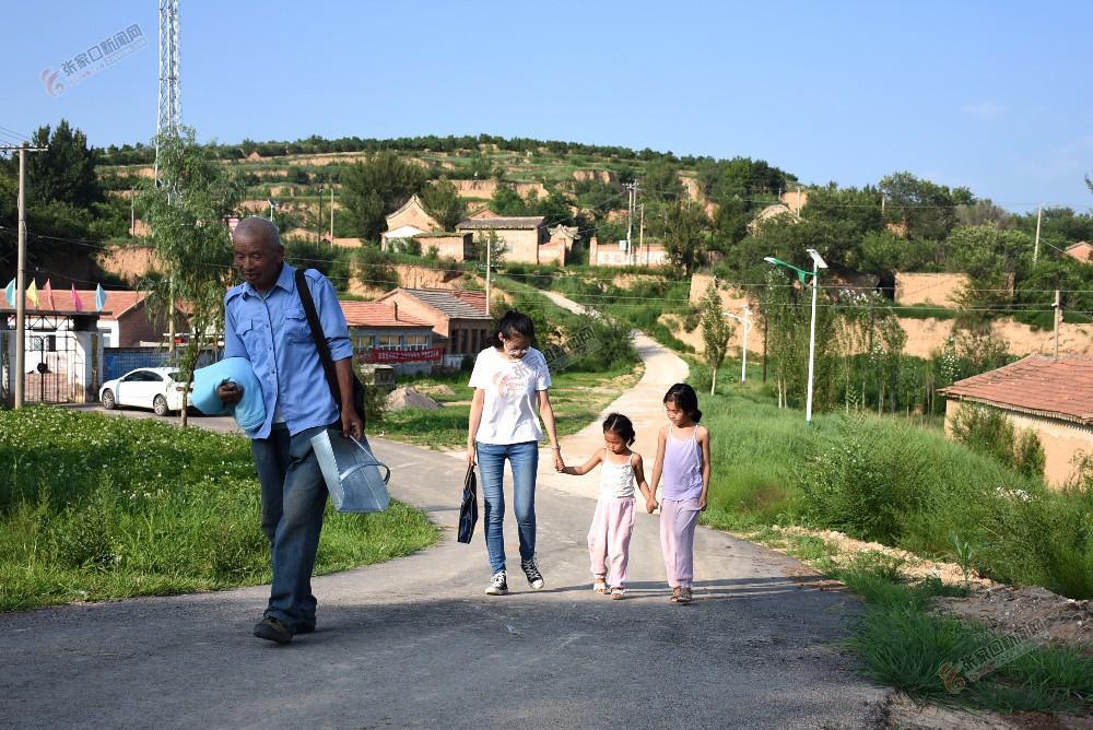 【迎冬奥盛会 创文明城市】代洪雄:为乡亲亲们代办跑腿很高兴 代洪雄行走在为乡亲们代办的路上。