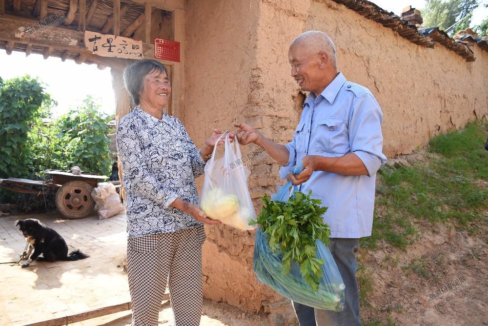 【迎冬奥盛会 创文明城市】代洪雄:为乡亲亲们代办跑腿很高兴 代洪雄为村民捎回了蔬菜水果。