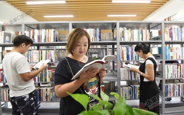 书香古城 图为 8月24日,市民在宣化区万柳公园图书馆借阅图书。