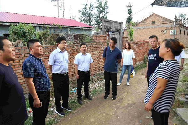 《中国扶贫》杂志社副总编张峰到涿调县研扶贫工作