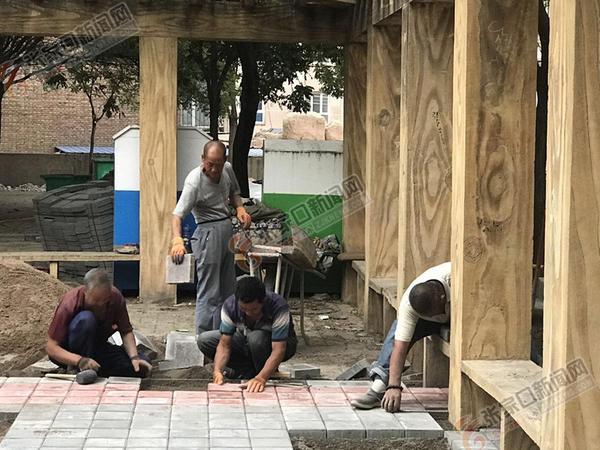 张家口桥西64个老旧小区将升级改造 有你家吗? 施工人员正在重新铺设小区便道。 陈 嘉 摄