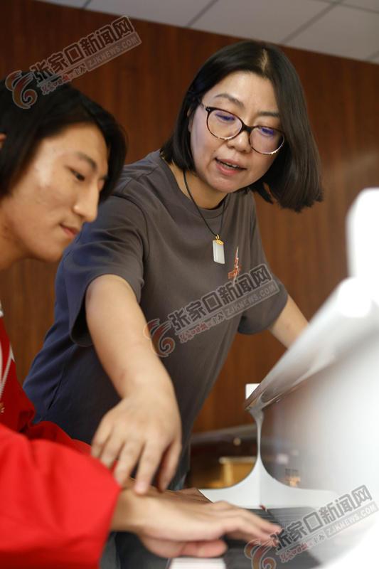 杨欢欢:一生做好教书这件事 杨欢欢指导学生练琴。