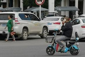 【交通违法行为曝光台】骑车接打电话很危险