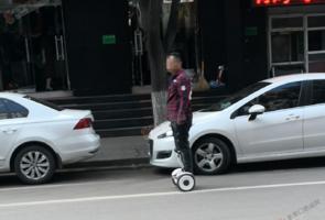 騎平衡車很酷但別上馬路