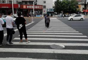 """有的行人過馬路依舊""""任性"""""""