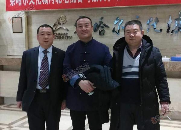 冯建军:从老货行学徒到鉴定师 冯建军与著名文物鉴定专家朱克城 (左二)、 孙阿庆 (左一) 在一起。