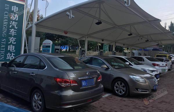 充电难,绊住了新能源汽车的轮子 充电车位被燃油汽车挤占现象普遍。