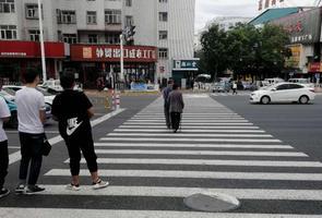 """【交通违法行为曝光台】个别行人过马路依旧""""任性"""""""