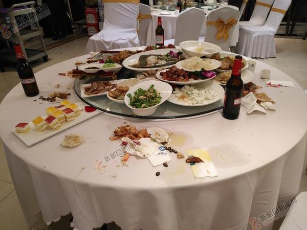 """好面子婚宴变成""""剩宴"""" 一场婚宴结束后剩下大量饭菜。"""