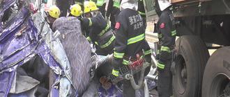 货车侧翻驾驶室变形紧急破拆受困者获救