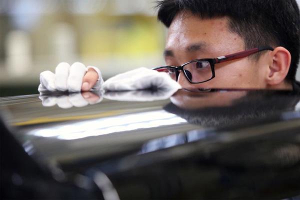 """""""工匠精神""""铸就行业标杆品牌 生产线上员工用精益求精的""""工匠精神""""确保产品质量的国际高端水平。"""
