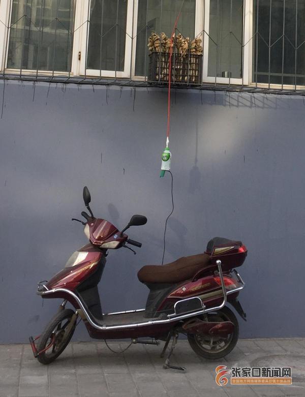 电动车随意拉线充电留隐患 垂吊在窗外的电源插板不安全。 吕 慧 摄