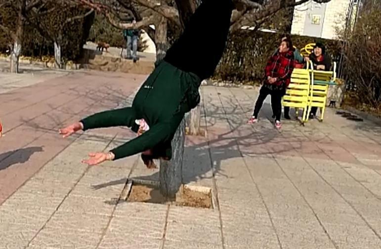 【迎冬奥盛会 创文明城市】这个女子胆真大 大树上边练倒挂