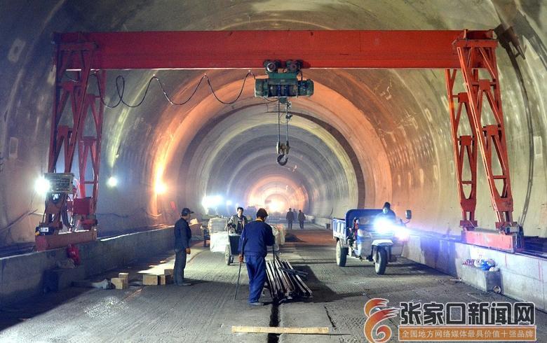 冬奥配套工程最长瓦斯隧道道床板开建